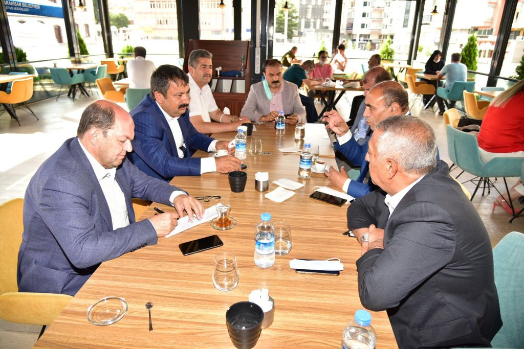 Une réunion s'est tenue au siège du Gouvernorat d'Afyonkarahisar, en présence de Son Excellence, le Gouverneur Gökmen ÇİÇEK, le Maire Mehmet ZEYBEK, M. Aydın AYDOĞAN Président du Conseil d'Administration de la société organisatrice du Championnat « Yafes Pétrole pour le Tourisme et l'Investissement S. A. », un représentant du Ministère Turc de la Jeunesse et des Sports, de Dr. Hedi SDIRI, Ministre Plénipotentiaire de la Jeunesse et des Sports au Conseil de la Ligue des États arabes, et Président de la Fédération Internationale de Boxe Arabe, et d'un nombre de professionnels des médias turcs. Tous les participants se sont convenus à ce que cet événement mondial portera le nom de : « Championnat du monde d'Afyonkarahisar de Boxe Arabe et de Kick Boxing », qui se déroulera du 29 au 31 octobre 2021,  à la salle de sport couverte d'Afyonkarahisar, et où 52 champions et championnes du monde y participeront. Actuellement, la partie organisatrice œuvre à inviter le champion Mike Tyson et Laila Muhammad Ali, en tant qu'invités d'honneur. Une conférence de presse aura lieu mercredi prochain, soit le 1er septembre, dans l'un des meilleurs hôtels de la ville, à savoir, l'hôtel « Korel Thermal Resort Clinic & SPA », à onze heures, en présence de tous les médias turcs ; et d'un certain nombre de professionnels des médias de pays arabes. Seront présents, également, à la conférence de presse, l'un des ministres arabes, leur Excellence le Gouverneur et le Maire de la ville d'Afyonkarahisar, la Société organisatrice, ainsi que le Ministre plénipotentiaire et le Président de la Fédération Internationale de Boxe Arabe, afin de fournir davantage de détails sur ce grand événement, sachant que plus de 60 chaînes couvriront ce championnat du monde. De telles manifestations majeures donnent une image honorable de la ville, et favorise sa position distinguée, son patrimoine et son histoire anciens, et sa richesse en ressources naturelles, notamment les sources thermales thérapeutiques, que l